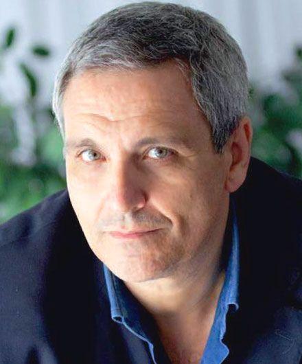 Biografia, vita, storia e libri di Maurizio de Giovanni. Scrittore di romanzi e libri gialli napoletano, ha creato i personaggi dell'Ispettore Lojacono e del commissario Ricciardi.