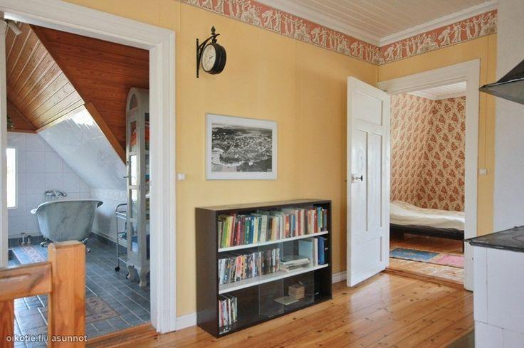 Yläkerran aulaan haluaisin ehdottomasti vaihtaa tapetit, jos talo olisi minun.
