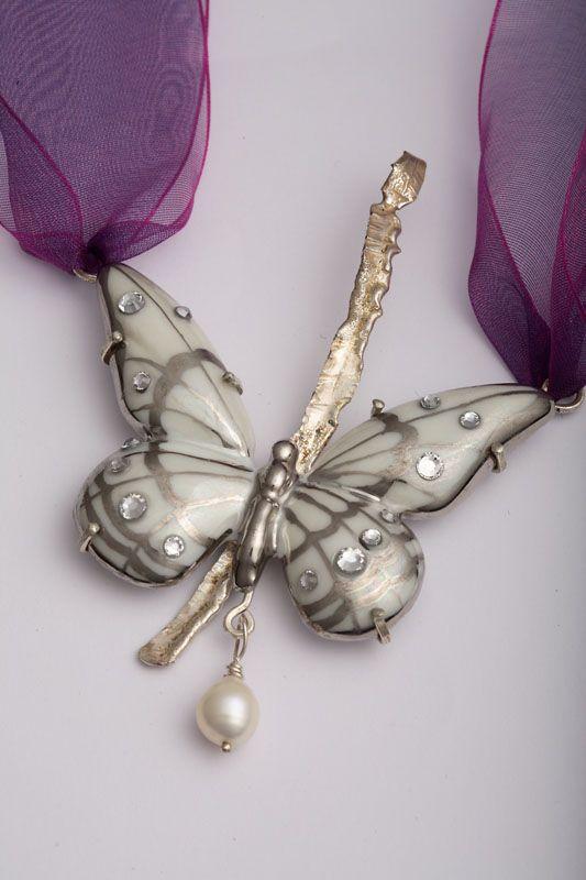 Originale ciondolo in porcellana a forma di farfalla dipinta a mano con effetto madreperla, con l'aggiunta di parti in argento e punti luce in cristallo