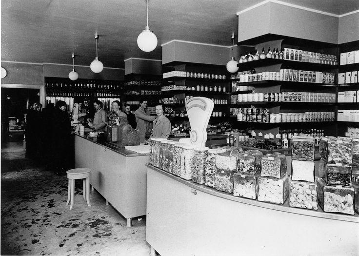 SOK:n neuvontatyön ja henkilökunnan koulutuksen ansiosta osuuskaupan myymälät olivat 1930-luvulla selkeästi kilpailijoidensa yläpuolella, siisteydessä, järjestyksessä ja tuotteiden esillepanossa. Sekatavaraosastolla oli ennen sotia runsaasti herkkuja tarjolla.