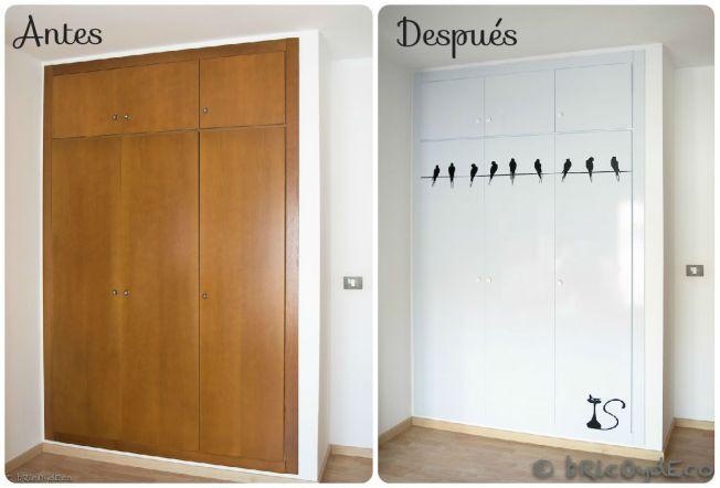 Forrando las puertas de un armario con vinilo autoadhesivo podemos conseguir un cambio espectacular de forma sencilla, rápida y económica