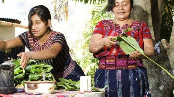 Theresa (39) uit Guatemala kookte voor OneWorld magazineTamales Guetamaltecos colorados con pollo: in bananenschil gekookte of gestoomde maismeelpuree met kip en tomatensalsa. Het onderstaande recept helpt je om thuis deze lekkernij stap voor stap zelf te kunnen bereiden:Salsa