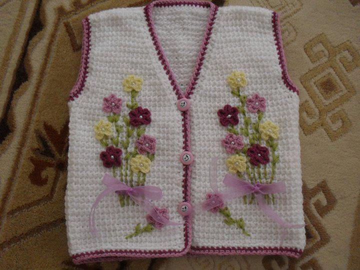 Beyaz çiçekli bebek yelekleri
