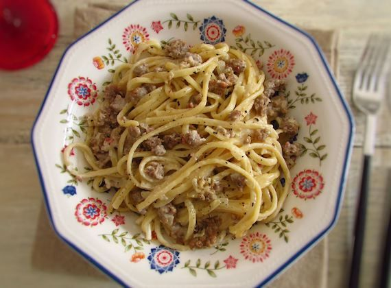 Minced meat with spaghetti | Food From Portugal. For a lunch with friends this minced meat recipe with spaghetti is always welcome! Everyone loves it and is very simple to prepare!! Bon appetit!  http://www.foodfromportugal.com/recipe/minced-meat-spaghetti/