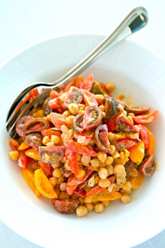 Салат из нута, помидоров и тахини