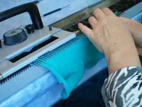 Как вязать носки на вязальной машине - YouTube