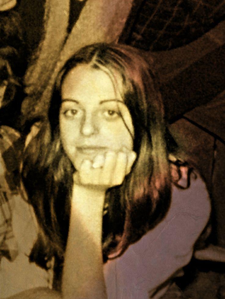 """Hoy se cumplen 33 años del asesinato de Yolanda González, dos tiros en la cabeza después del """"paseíllo"""" fascista acabaron con su vida. Yolanda era compañera nuestra del Partido Socialista de los Trabajadores, tenía 19 años. Su cuerpo fue encontrado en una cuneta en San Martín de Valdeiglesias. Yolanda era miembro de la coordinadora de estudiantes de Madrid, estudiaba en Vallecas.. http://hilvanadoamano.blogspot.com.es/2013/03/la-transicion-espanola-el-fin-de-un-mito.html"""