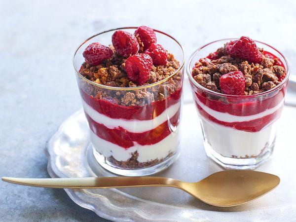 Málnapürés joghurt kakaós kekszmorzsával: a diétás uzsonna