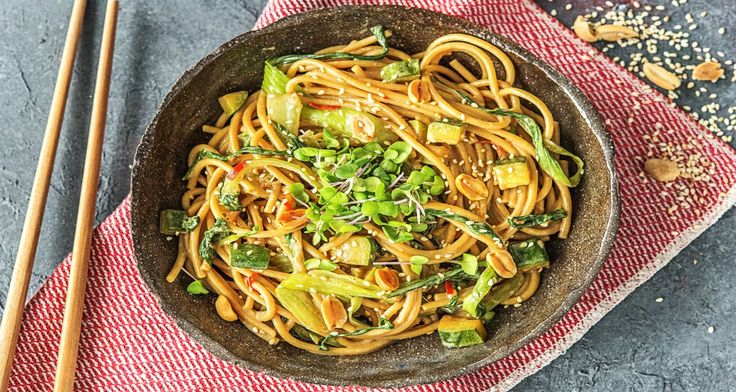 """""""Bunt, gesund und vegan"""" lautet heute Dein Motto? Dann haben wir das perfekte Rezept für Dich, das mit jeder Menge Gemüse und dem würzig-frischem Flair aus Asien für gute Laune sorgt! Die leichte Schärfe der Chili, kombiniert mit aromatischem Zitronengras und herzhaften Vollkornspaghetti, zaubert Dir mehr als ein Lächeln ins Gesicht. Dazu ist ein angenehm voller Magen garantiert. Lass Dir dieses scharfe Gericht schmecken."""