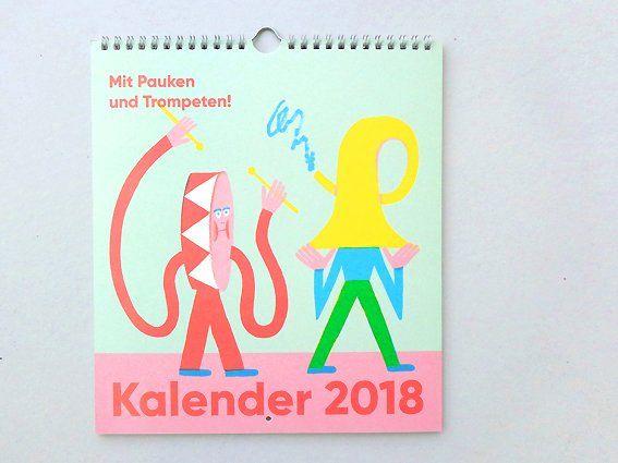 Hier geschnackt, dort dort geschnackt: Mit Pauken und Trompeten ins neue Jahr!Die Grafikerin Ernestine Donnerberg hat 12 Wortpaare in 12 Monaten versammelt und zeichnerisch umgesetzt.Herausgekommen ist ein Wandkalender, der zum einen Riesenspaß macht und zudem noch schön anzuschauen ist. Mit Hinz und Kunz, Luft und Liebe geht es auf und ab in Saus und Braus durch das Jahr 2018.Limitiert! Printed in Thüringen!Design: Ernestine Donnerberg / Bilder © 2017 Miriam Paulsen...