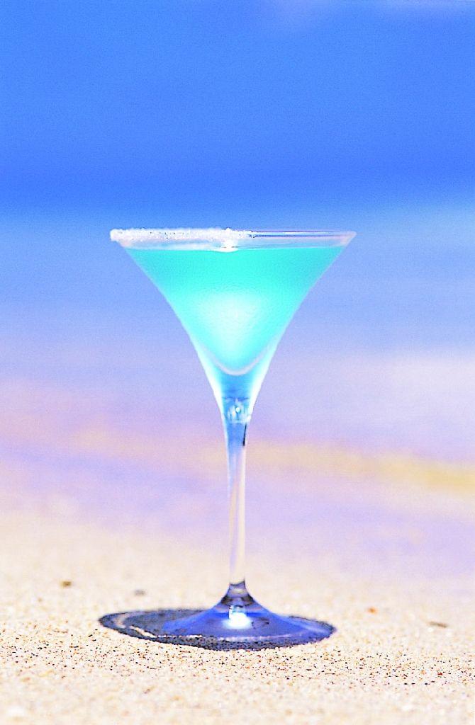 「美海~ちゅらうみ」泡盛ベースのオリジナルカクテル(辛口)  グラスの縁には半分シュガーを付けてリーフをイメージし、八重山の美しい海をグラスのキャンバスに描いたカクテル