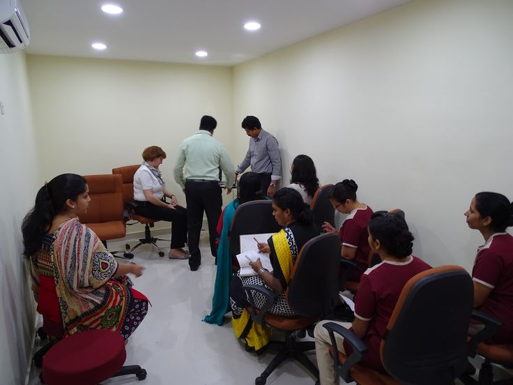 Pripreme za pocetak obuke su u toku. Dr Kozarev predvodi obuku lekara The Touch klinike za rad na laserima, Kochi, Indija 2015/ Dr Kozarev is preparing to start the laser training in The Touch clinic, Kochi, India, 2015
