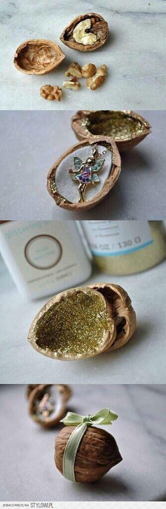 Das ist mal eine Inspiration Geschenke zu verpacken - Awesome necklace giftbox in einer Walnuss, ob mit oder ohne Glitter.