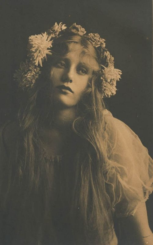 reminds me of a real-life art nouveau poster girl :)