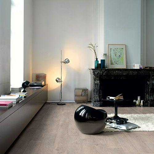 Suelo flotante quickstep de color gris, para acabados sobrios y elegantes