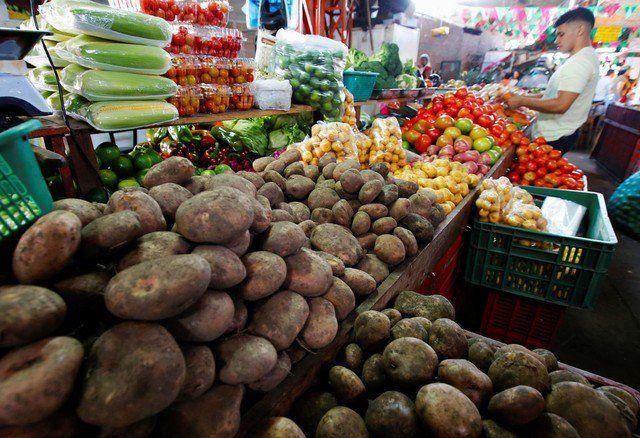 Colombia registra inflación de 4,09 pct en 2017 - Foto del viernes de un hombre comprando frutas y verduras en Cali. Ene 4, 2018. REUTERS/Jaime Saldarriaga BOGOTÁ (Reuters) – Colombia acumuló una inflación de un 4,09 por ciento en el 2017, apenas por encima de la meta establecida por el Banco Central, un cifra favorecida por el buen co... - https://notiespartano.com/2018/01/07/colombia-registra-inflacion-409-pct-2017/