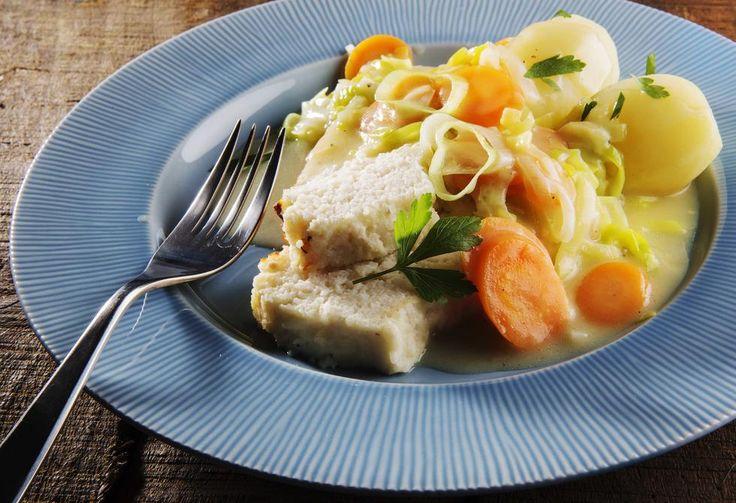Smak forskjellen, hjemmelaget fiskepudding med mye og ekte fiskesmak. Et lyst og fargerikt måltid med purre og gulrotstuing.
