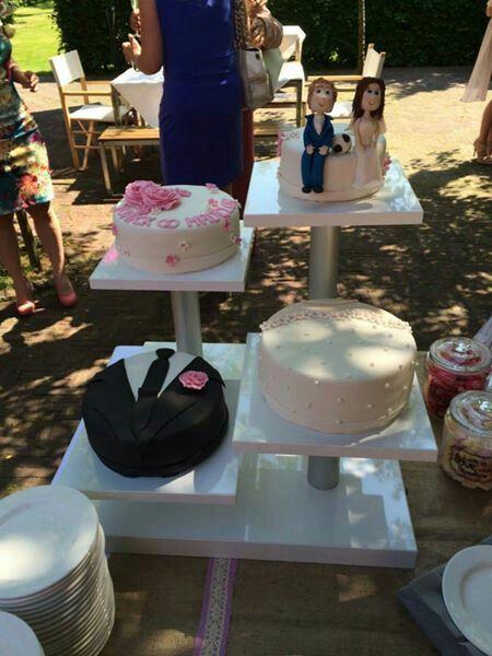 Onze bruiloft taarten en zelfgemaakte taartenstandaard