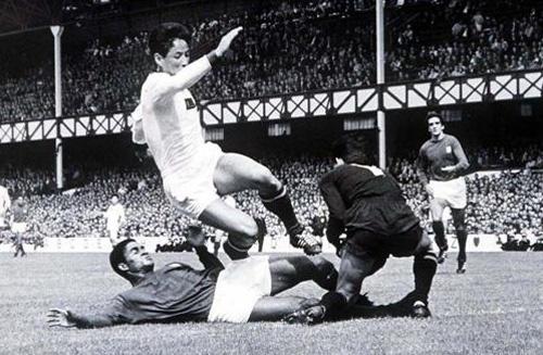 Torres e Eusébio contra a Coreia do Norte em 1966