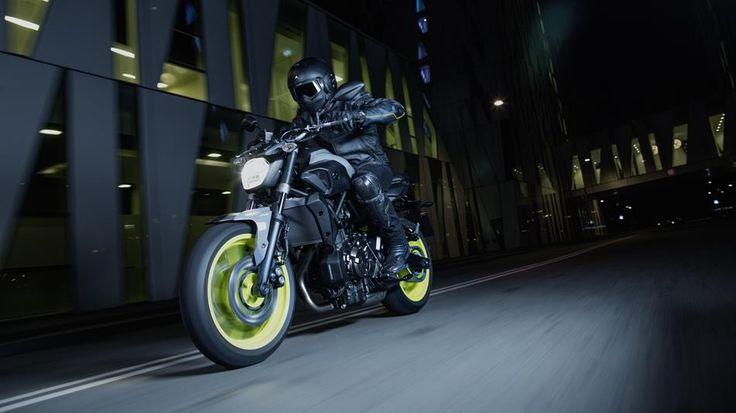 2016-Yamaha-MT-07-EU-Night-Fluo-Action-001
