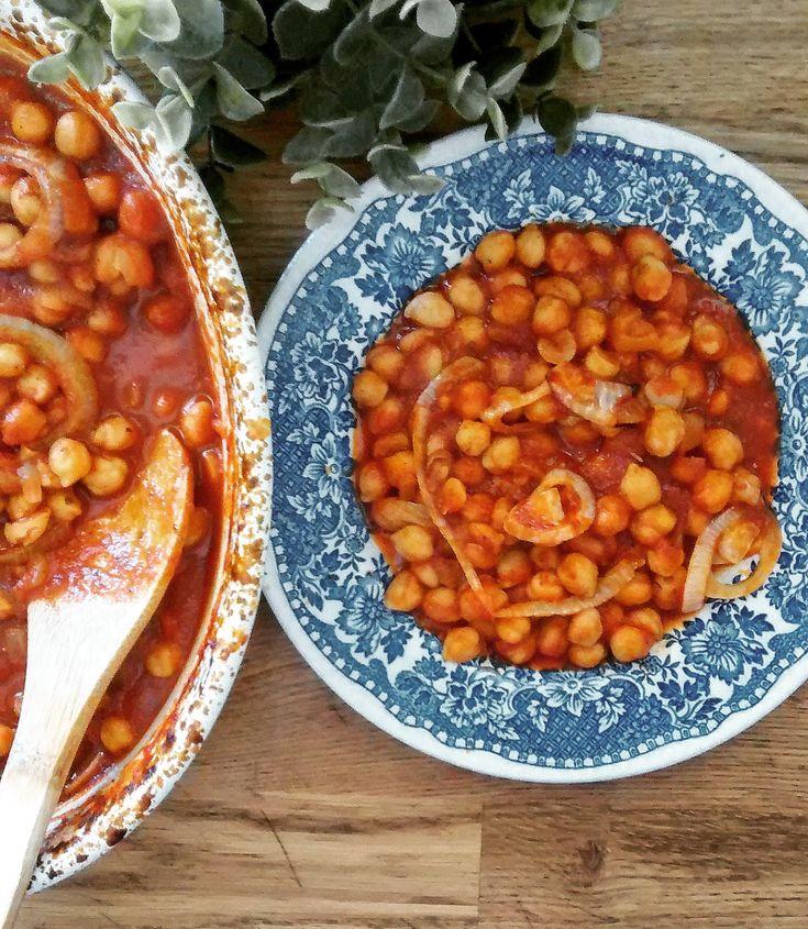 ΥΛΙΚΑ : 300γρ. ρεβύθια 2 κρεμμύδια 4 κ.σ. ελαιόλαδο 350γρ. χυμό ντομάτας 1 κ.γ. πελτέ ντομάτας 1 κ.γ. ζάχαρη 1/2 κ.γ. θυμ...