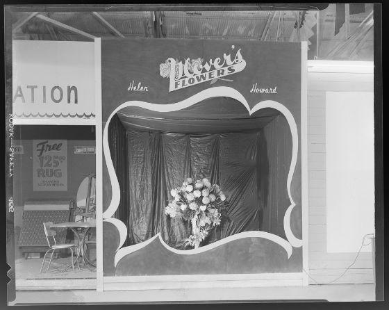 Jack Rodden, Untitled (exterior of Glover's Flower shop, bouquet in window), c. 1950, Harvard Art Museums/Fogg Museum.