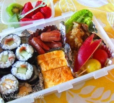 BENTOPERA オペラ座見学とお弁当 http://kimikobotti.blog.jp/archives/51696186.html  Repas froid pour la sortie de l'école primaire フランスの小学校の課外授業や遠足では、それぞれがお水とRepas froidルパ・フォワを持ってくるようにとプリントに書いてある。その名の通り、冷たい食事・・・つまり、サンドウィッチとポテトチップスと果物やコンポットが定番なものの、うちの9歳児のリクエストはいつも《日本のお弁当》
