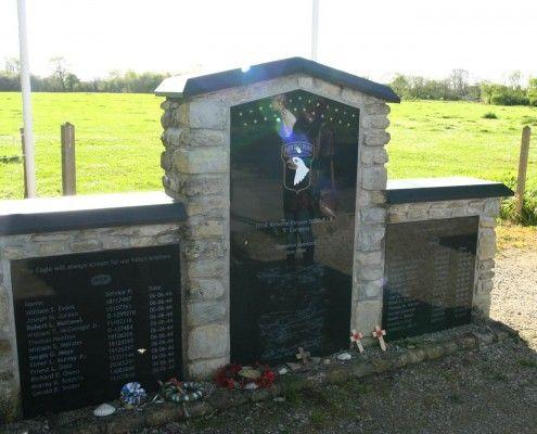 Monument van Easy Company van de 101ste Airborne divisie bij Sainte Mere Eglise.