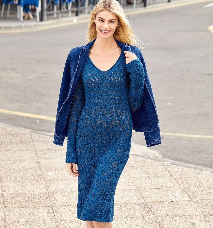 Синее платье-футляр с ажурным узором