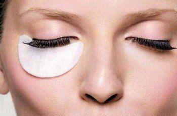 МАСЛА ОТ МОРЩИН ВОКРУГ ГЛАЗ    Морщинки вокруг глаз появляются одними из первых. Но масла от морщин вокруг глаз помогут от них избавиться.     Оливковое масло от морщин вокруг глаз пользуется популярностью среди заботящихся о своей коже женщин. Самым простым средством от морщин вокруг глаз будут обычные компрессы с оливковым маслом. Достаточно просто смочить ватные диски в масле и положить на глаза минут на 10. После снятия компресса можно сделать легкий массаж подушечками пальцев. Если…