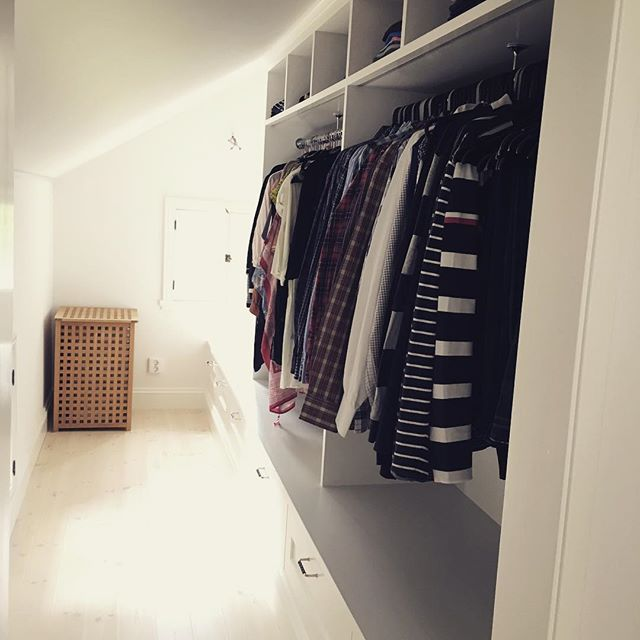 Platsbyggd klädkammare som utnyttjar svår yta under snedtak. Gott om förvaring och längst in en mysig sittplats vid fönstret! Perfekt krypin när man drar på sig strumporna en sömnig morgon... #platsbyggt #platsbyggd #förvaring #skräddarsytt #måttanpassat #design #interiör #inredning #klädkammare #närproducerat #sverige #snickare #kök #lantligt #sekelskifte #sven_snickare