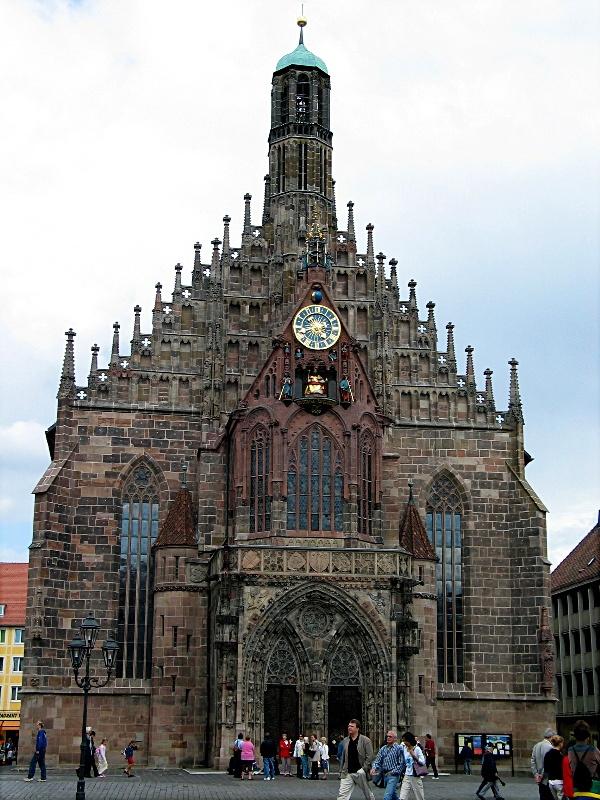 """Iglesia de Nuestra Señora (Frauenkirche) Nuremberg, Alemania. Construída en año 1358 por orden del emperador Carlos IV sobre la antigua sinagoga judía.Es una construcción del gótico tardío con planta cuadrada. Todos los días, a las 12 de la mañana se puede contemplar la famosa """"carrera de hombrecitos"""", en la que siete príncipes rinden homenaje desde una ventana de la fachada principal al emperador Carlos IV."""
