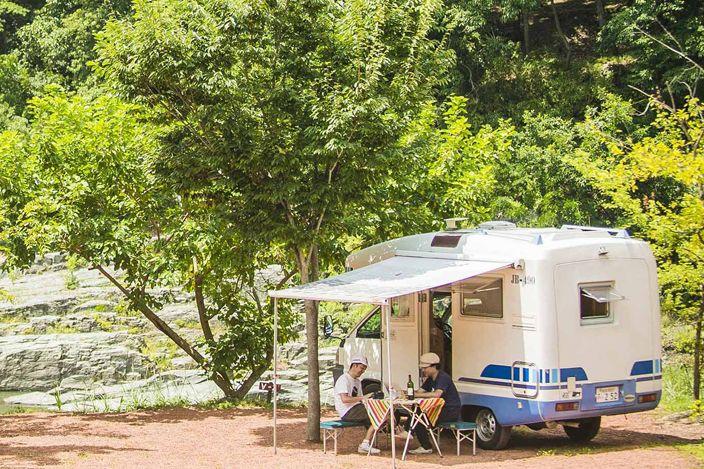 自宅からキャンプ場までクルマで移動して、キッチンで料理して、車内で寝るだけ。家族や仲間と大自然を気軽に満喫できるのが、レンタルするキャンピングカーだ!目的地に着いたら即座に自然でくつろげる!キャンプの目的や手段は様々。キャンプはこうしなきゃいけない、という定義はないのだ。もし「自然の中で家族や仲間と過ごす時間を、手軽に楽しみたい」というなら、キャンピングカーの旅がお薦め。週末や大型連休は、観光地の多くのホテルや旅館が満室状態だが、キャンピングカーなら、好きな場所に...