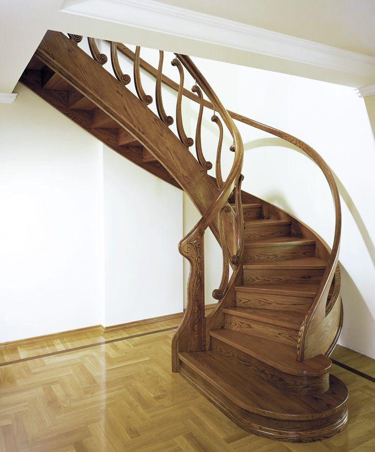 www.trabczynski.com ST303 Policzkowe schody gięte wykonane z barwionego dębu. Balustrady z ręcznie rzeźbionymi tralkami, zdobienia i aplikacje na policzku. Bogato rzeźbiony słup wejściowy. Realizacja wykonana w domu prywatnym , projekt – TRĄBCZYŃSKI / ST303 Curved stringer stair made of stained oak. Balustrades with hand-carved banisters, decorations and appliqués on the stringer. Exquisitely carved entrance newel post. Private residential project, designed by TRABCZYNSKI