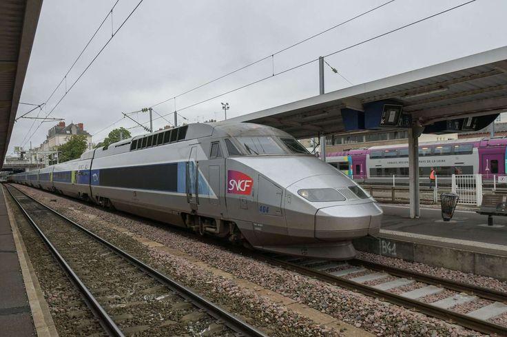 Emmanuel Macron veut transformer radicalement la SNCF. Lors d'une interview accordée cet été aux cheminots, le président de la République a exposé son plan pour relancer la SNCF, qu'il entend mettre en vigueur dès l'année prochaine. Celui-ci tient en deux volets : revoir en profondeur le statut des cheminots et alléger la dette de l'entreprise.