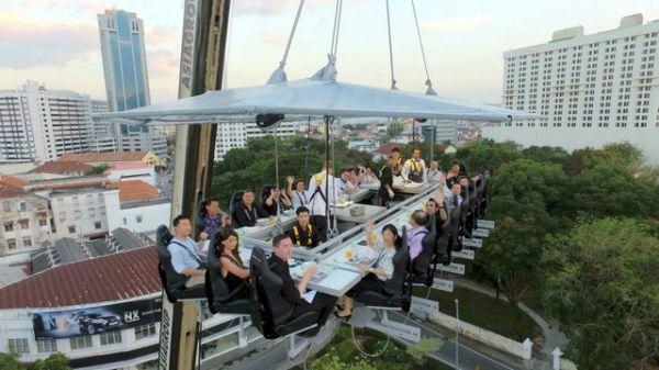 Cena en el cielo en Malasia. Visite nuestra página y sea parte de nuestra conversación: http://www.namnewsnetwork.org/v3/spanish/index.php  #nnn #bernama #kl #penang #entretenimiento #turismo #noticias #cultura #curiosidades #farandula