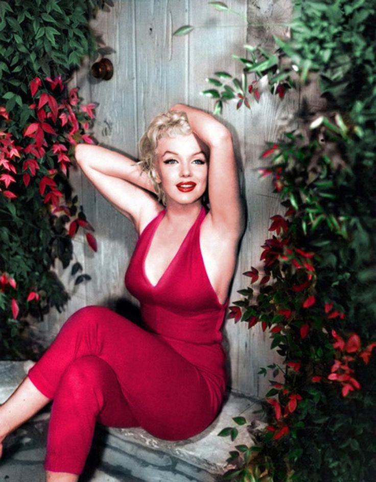 Portrait of a very glamorous Marilyn Monroe.