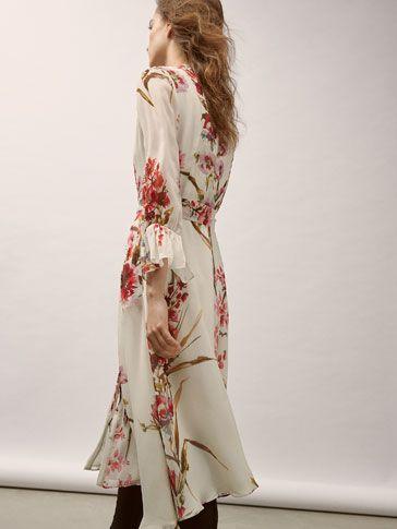 Los vestidos y faldas de mujer más elegantes en Massimo Dutti. Descubra vestidos de seda o con volante y faldas plisadas o lápiz en el avance de primavera.