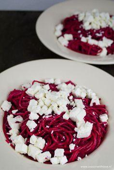 Rode bieten spaghetti met feta is een super simpel gerecht, maar toch een keer lekker wat anders. En het ziet er nog eens erg leuk uit ook!