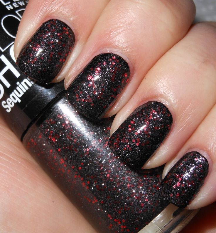 micro glitters with small red orange hex glitters in a clear base blogger applied it over black cream nail polish maybelline color show holiday - Vernis Color Show