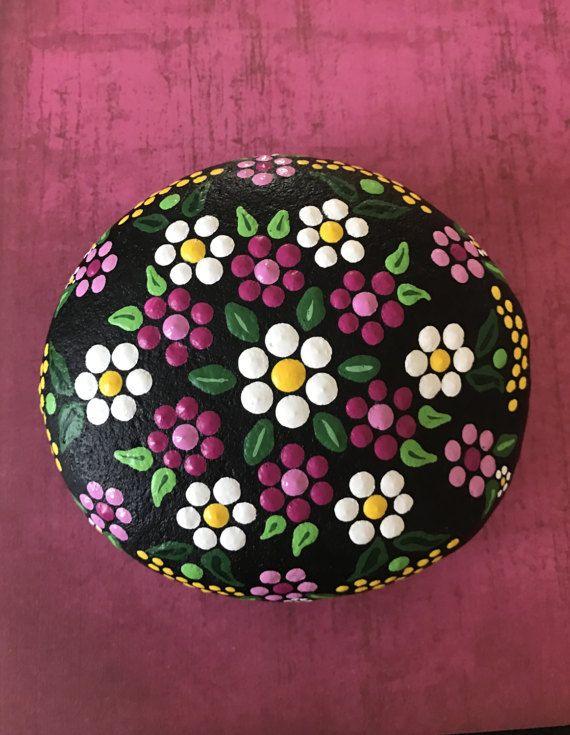 Extra grande pintadas flores río piedra por ValsMandalas en Etsy