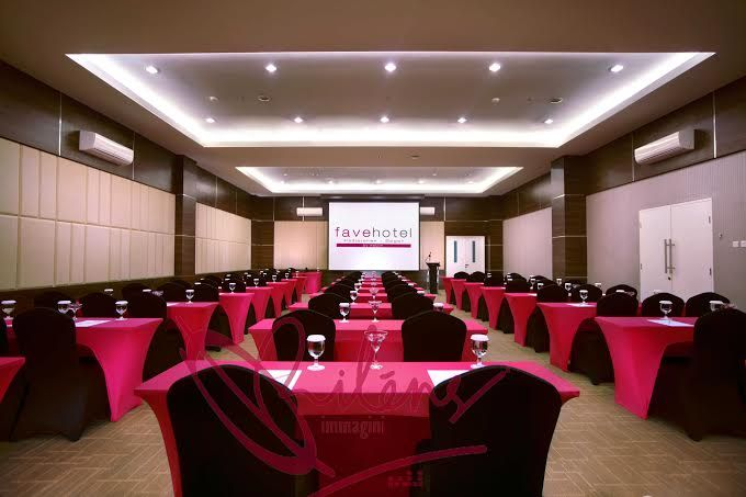 Jakarta 14/07 - Fave Hotel Padjajaran Bogor has it own attractions, near with Botanical Garden Bogor and Botani Square Mall make travellers easy to have entertainment after their meeting all day. Orimmagini team deliver one of the great picture of meeting room with perfectly in colors and and angles, this may bring the viewer to a different ambiance.