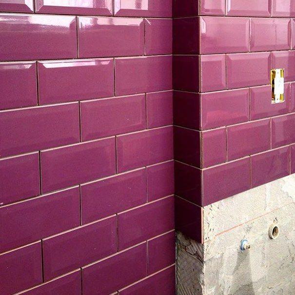 Nem só de preto e branco vivem os subway tiles. São diversas cores da coleção Mind The Gap para escolher! Regram @leilinhafreire.  #purple #subwaytile #decortiles