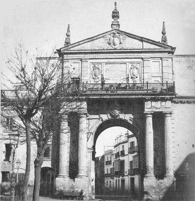 Puerta de Triana, de origen almorávide y reconstruida en 1585 algo más al norte, fue derribada en 1868; estaba en la actual calle Zaragoza, en la confluencia con la calle Moratín, donde en la actualidad está señalado. Parece ser, que era la más hermosa de todas las puertas de la muralla y su nombre, tiene origen por se paso obligado aTriana. Fue presa de actos vandálicos en la época revolucionaria.