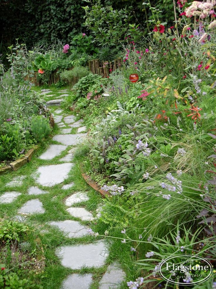 Flagstones los in de tuin met gras er tussen. Kleansis Plakes Flagstones.