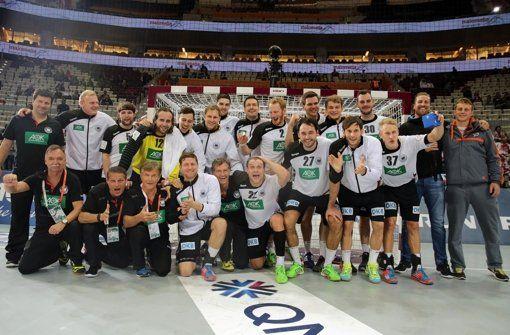 Die deutschen Handballer feiern bei der WM in Katar den Gruppensieg und treffen im Achtelfinale auf Ägypten.  Foto: dpa http://www.stuttgarter-zeitung.de/inhalt.handball-wm-deutschland-mit-sieg-ins-achtelfinale.a023433c-d22c-4a42-a404-a8e6c1e6048e.html