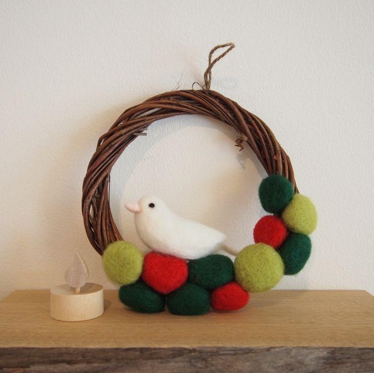 クリスマスカラーの羊毛フェルトの幾何学的なモチーフと白い小鳥のリースなど