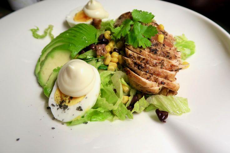 Heute gibt´s meinen Mixed Green Salad mit knuspriger Hühnerbrust. Ein leichter Salat mit Mais, Bohnen, Koriander, Avocado Romana-Salat und Ei.