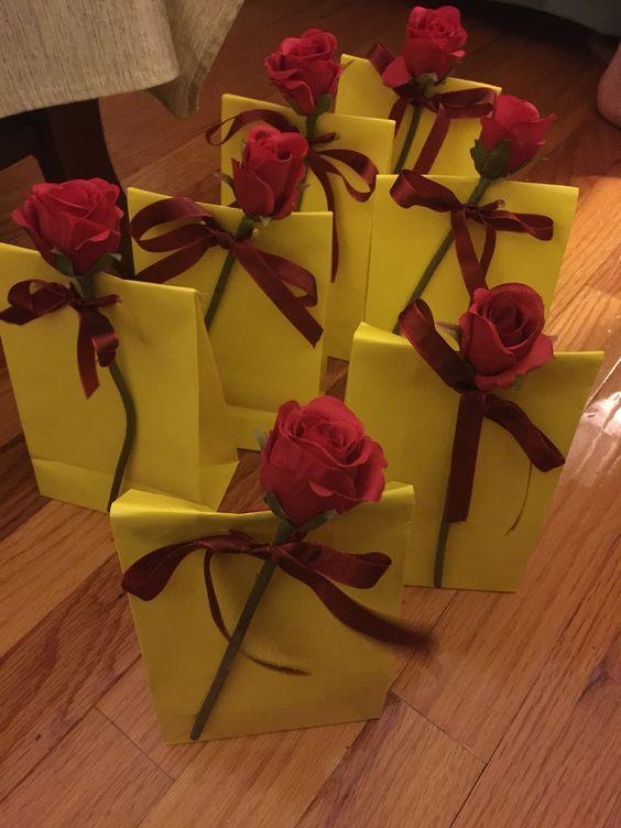 Bolsa de papel con rosa para cumpleaños de Bella y Bestia - http://xn--manualidadesparacumpleaos-voc.com/bolsa-de-papel-con-rosa-para-cumpleanos-de-bella-y-bestia/