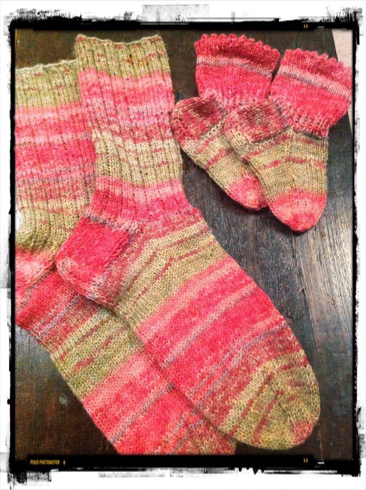 Pikku Prinssi langasta sukat äidille ja vauvalle. Äidin sukissa 3 oikein 1 nurin varret. Puikot 2,5 ja 15 silmukkaa puikolla.